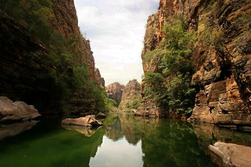 Река среди скал